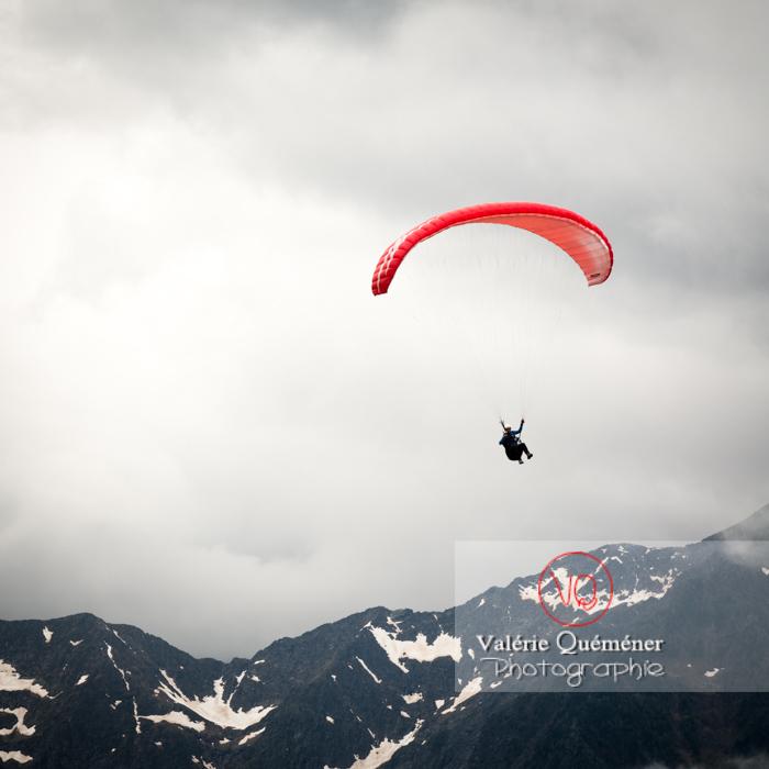 Parapente dans la brume à Loudenvielle / Hautes-Pyrénées / Occitanie - Réf : VQ-PARA-0182 (Q3)