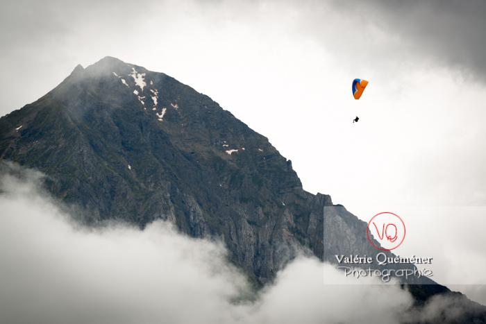 Parapente dans la brume à Loudenvielle / Hautes-Pyrénées / Occitanie - Réf : VQ-PARA-0200 (Q3)