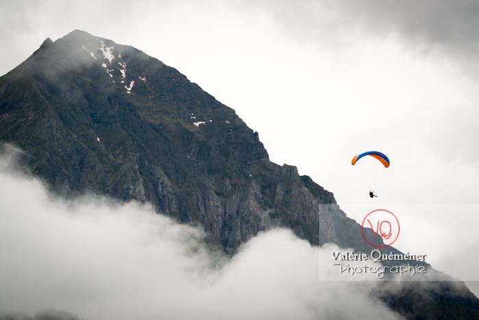Parapente dans la brume à Loudenvielle / Hautes-Pyrénées / Occitanie - Réf : VQ-PARA-0201 (Q3)