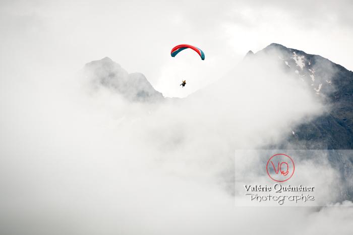 Parapente dans la brume à Loudenvielle / Hautes-Pyrénées / Occitanie - Réf : VQ-PARA-0209 (Q3)