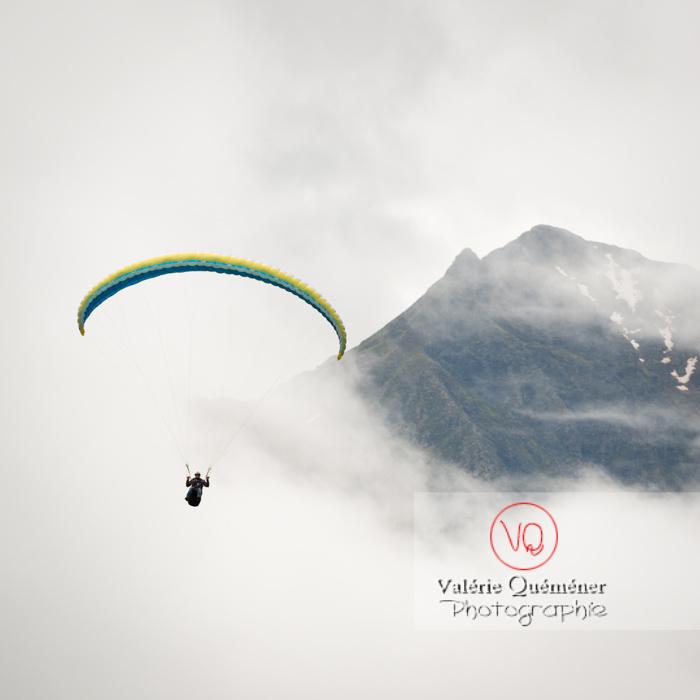 Parapente dans la brume à Loudenvielle / Hautes-Pyrénées / Occitanie - Réf : VQ-PARA-0225 (Q3)