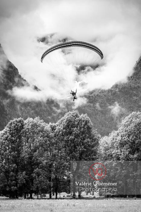 Parapente dans la brume à Loudenvielle / Hautes-Pyrénées / Occitanie - Réf : VQ-PARA-0382 (Q3)