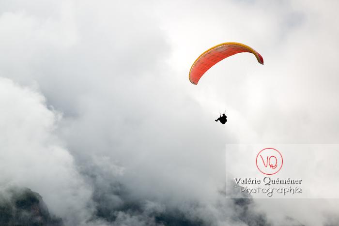 Parapente dans la brume à Loudenvielle / Hautes-Pyrénées / Occitanie - Réf : VQ-PARA-0422 (Q3)