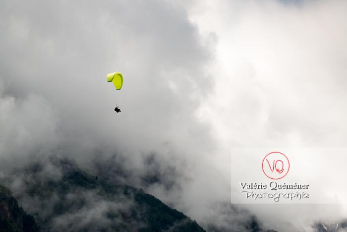 Parapente dans la brume à Loudenvielle / Hautes-Pyrénées / Occitanie - Réf : VQ-PARA-0428 (Q3)