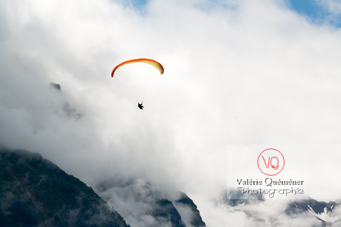 Parapente dans la brume à Loudenvielle / Hautes-Pyrénées / Occitanie - Réf : VQ-PARA-0468 (Q3)