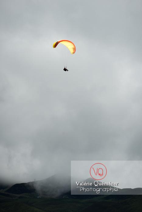 Parapente dans la brume à Loudenvielle / Hautes-Pyrénées / Occitanie - Réf : VQ-PARA-0485 (Q3)