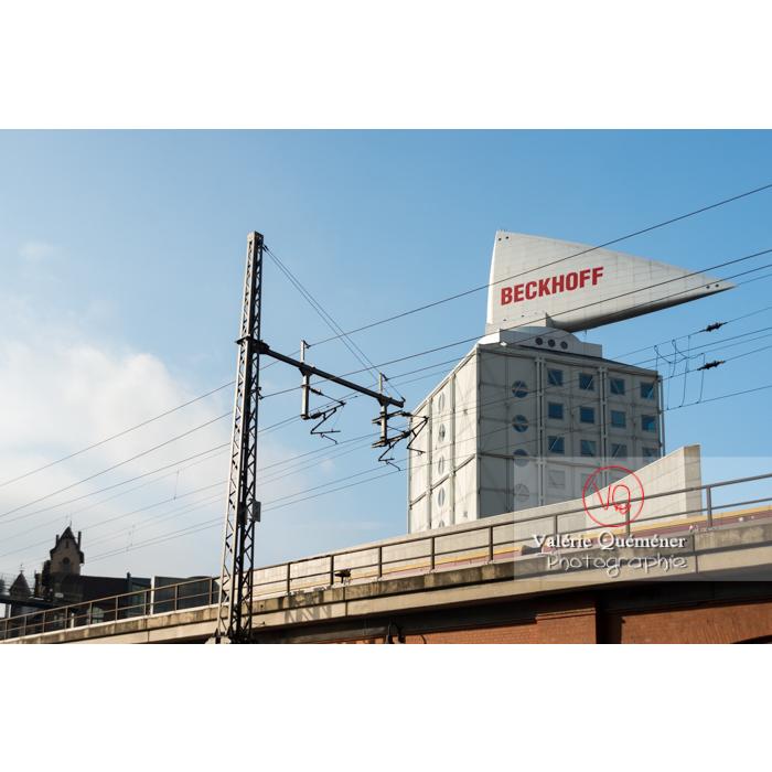 Architecture de bureau atypique et pont du métro, Berlin / Allemagne - Réf : VQALL_BL-0032 (Q3)