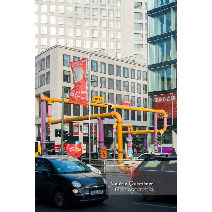 Tuyaux de canalisations colorées en extérieur, Berlin / Allemagne - Réf : VQALL_BL-0035 (Q3)