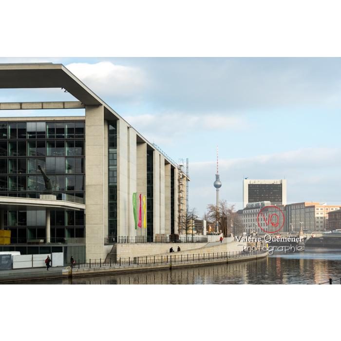 Quartier Band des Bundes en bord de rivière Spree, et antenne 'Fernsehturm', Berlin / Allemagne - Réf : VQALL_BL-0046 (Q3)