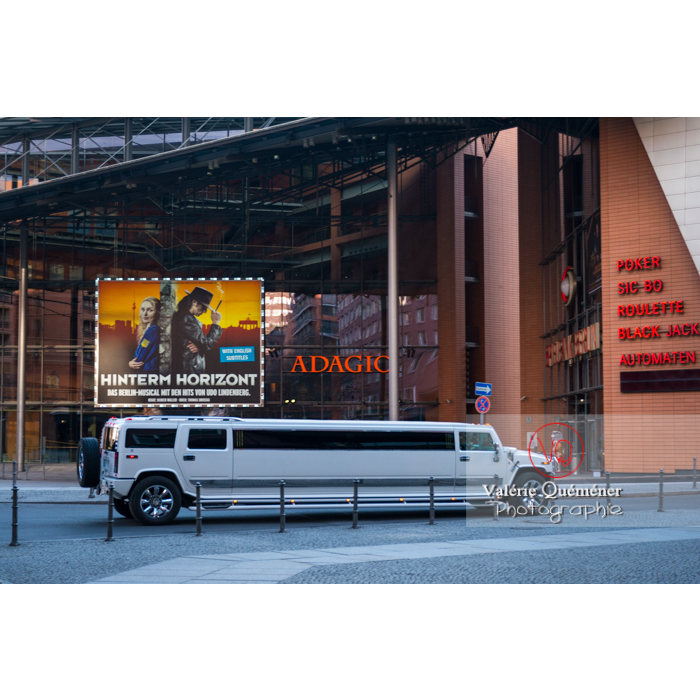 Limousine devant le Stage Theater (architectes Renzo Piano et Christoph Kohlbecker), Marlene-Dietrich-Platz, Berlin / Allemagne - Réf : VQALL_BL-0066 (Q3)