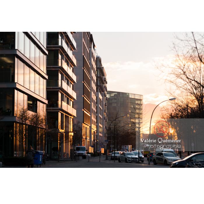 Lumière se reflétant sur les immeubles / bureaux au coucher du soleil, Potsdamer Platz, Berlin / Allemagne - Réf : VQALL_BL-0110 (Q3)