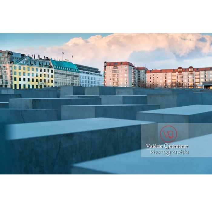 Immeubles au coucher du soleil sur fond de mémorial aux juifs 'Holocaust Mahnmal' par l'architecte Peter Eisenman, Berlin / Allemagne - Réf : VQALL_BL-0116 (Q3)