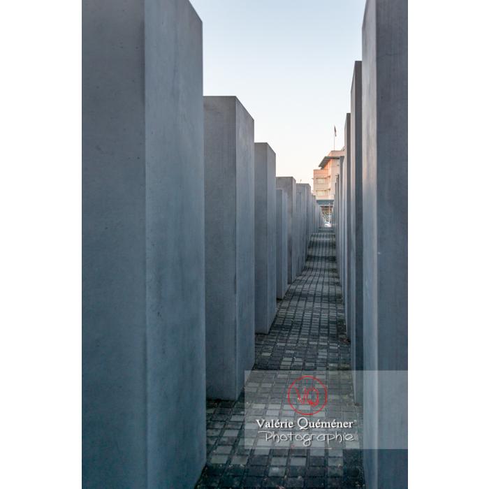 Dans le labyrinthe du mémorial aux juifs 'Holocaust Mahnmal' par l'architecte Peter Eisenman, Berlin / Allemagne - Réf : VQALL_BL-0117 (Q3)