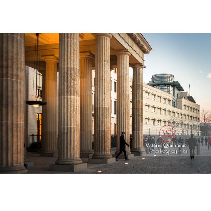Colonnes de la porte de Brandebourg à la tombée du jour, Berlin / Allemagne - Réf : VQALL_BL-0125 (Q3)