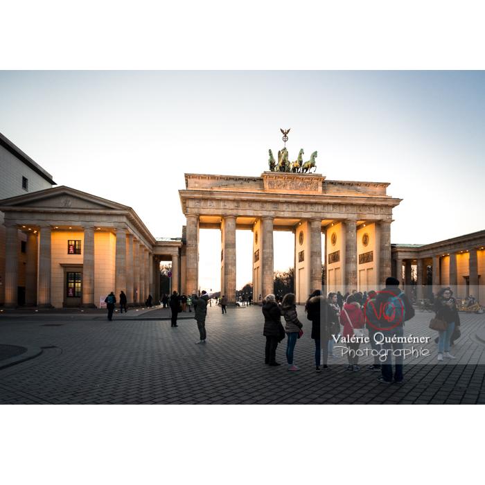 Touristes devant la porte de Brandebourg à la tombée du jour, Berlin / Allemagne - Réf : VQALL_BL-0128 (Q3)