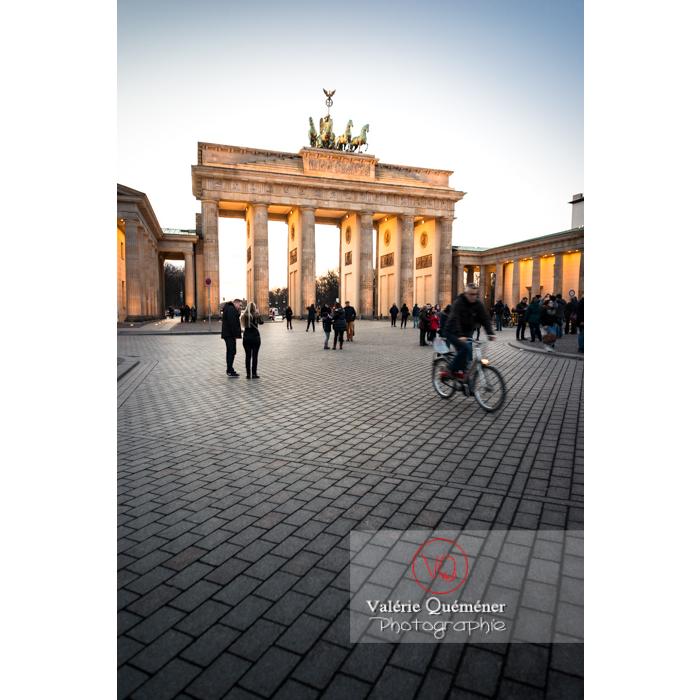 Place porte de Brandebourg à la tombée du jour, Berlin / Allemagne - Réf : VQALL_BL-0131 (Q3)