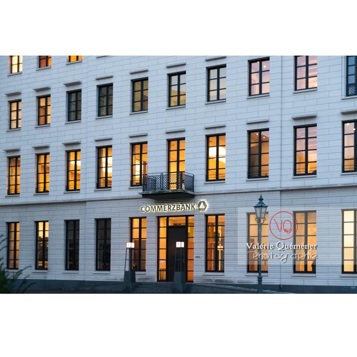 Bâtiment de la Commerzbank, place de Brandebourg, Berlin / Allemagne - Réf : VQALL_BL-0133 (Q3)