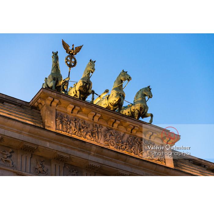Quadrige sur la porte de Brandebourg à la tombée du jour, Berlin / Allemagne - Réf : VQALL_BL-0135 (Q3)