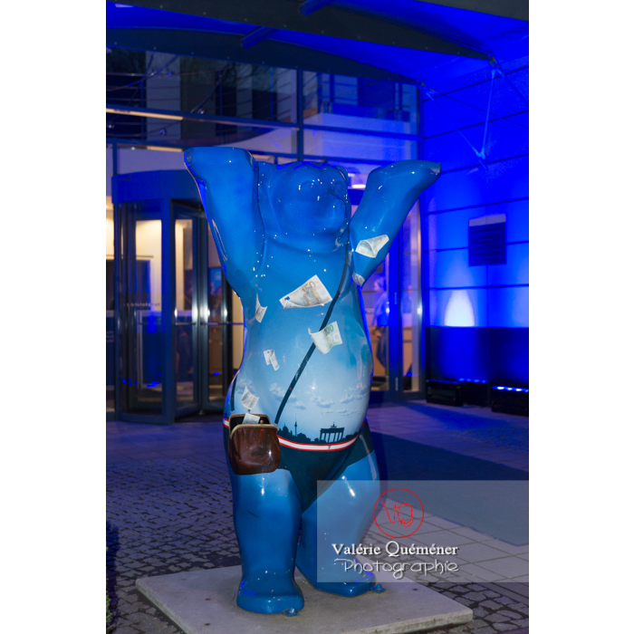 Sculpture de l'ours berlinois, au motif bleu et porte de Brandebourg, de nuit, Tiergarten, Berlin / Allemagne - Réf : VQALL_BL-0143 (Q3)