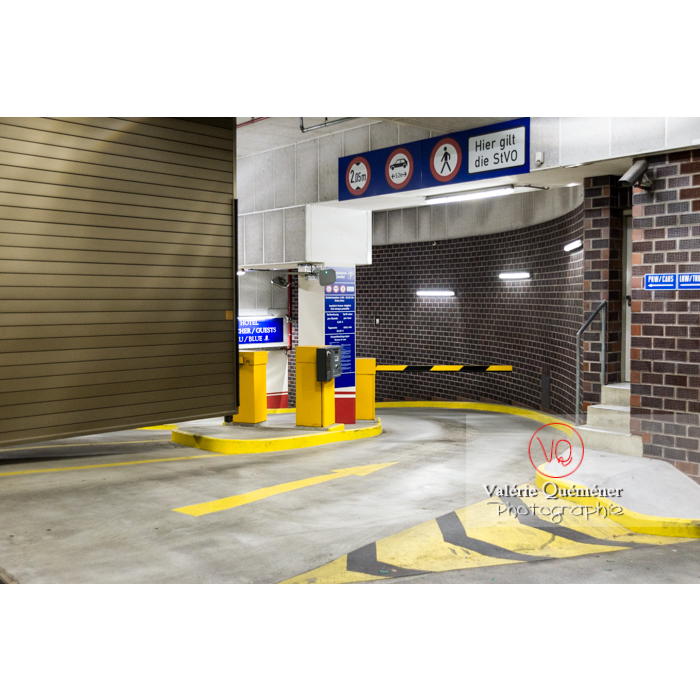 Entrée de parking souterrain, de nuit, Inge-Beisheim-Platz, Berlin / Allemagne - Réf : VQALL_BL-0146 (Q3)