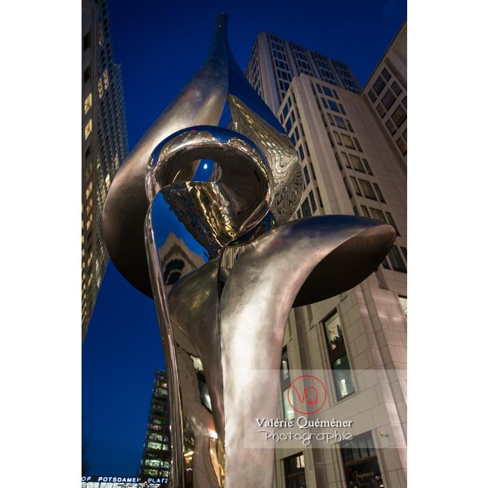 Phoenix, sculpture de Gidon Graetz, de nuit, Inge-Beisheim-Platz, Berlin / Allemagne - Réf : VQALL_BL-0151 (Q3)