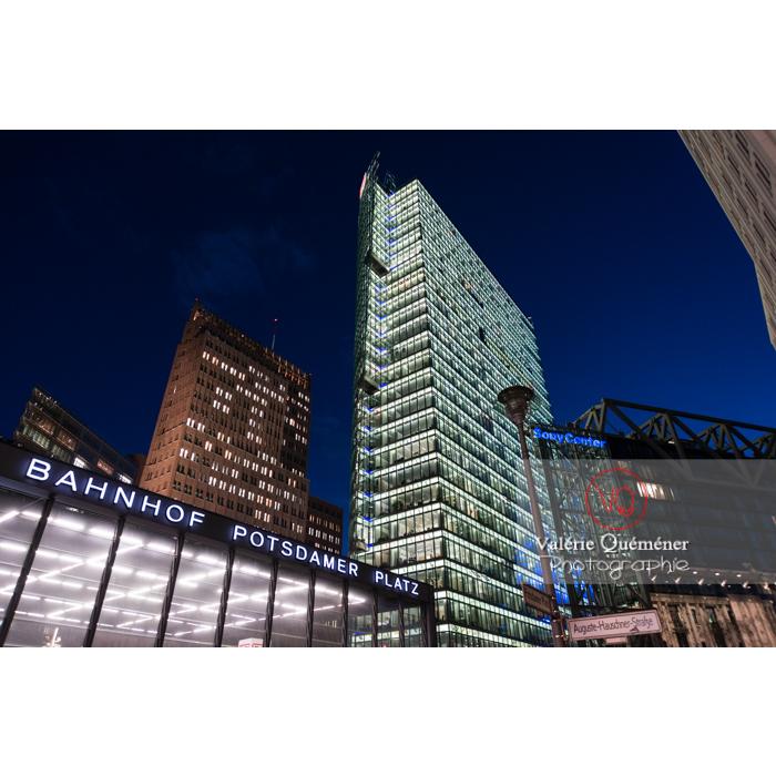 Immeubles de bureaux et Bahnhof de nuit, Potsdamer Platz, Berlin / Allemagne - Réf : VQALL_BL-0157 (Q3)