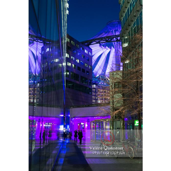 Coupole du Sony Center de nuit, Potsdamer Platz, Berlin / Allemagne - Réf : VQALL_BL-0161 (Q3)