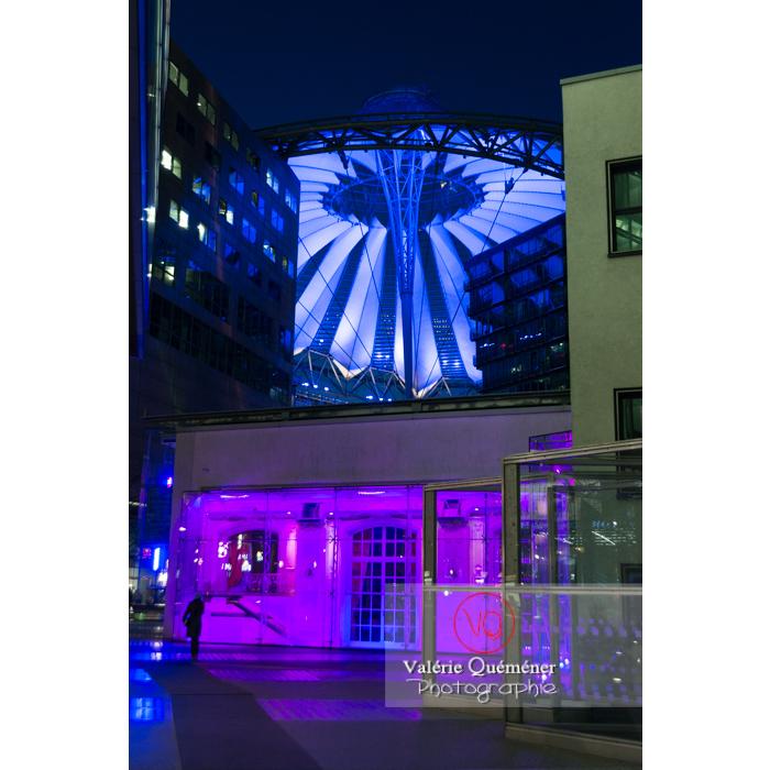 Coupole du Sony Center de nuit, Potsdamer Platz, Berlin / Allemagne - Réf : VQALL_BL-0162 (Q3)