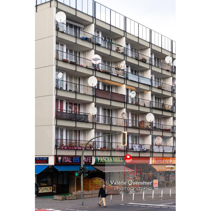Paraboles aux balcons d'un immeuble, Berlin / Allemagne - Réf : VQALL_BL-0175 (Q3)