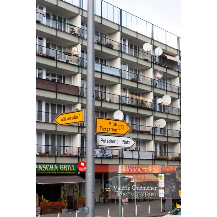 Panneau de direction et immeuble couvert d'antennes de télé, Berlin / Allemagne - Réf : VQALL_BL-0176 (Q3)