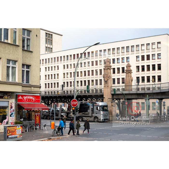 Carrefour à Berlin où passe le métro / U-Bahn sur un pont / Allemagne - Réf : VQALL_BL-0177 (Q3)