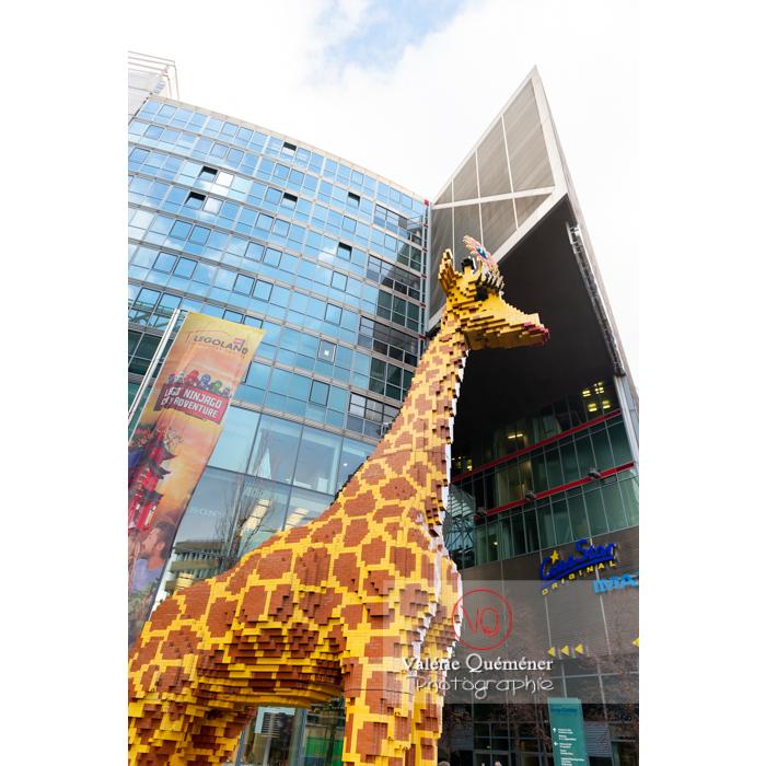 Sculpture girafe en Légo au Sony Center, Potsdamer Platz, Berlin / Allemagne - Réf : VQALL_BL-0183 (Q3)