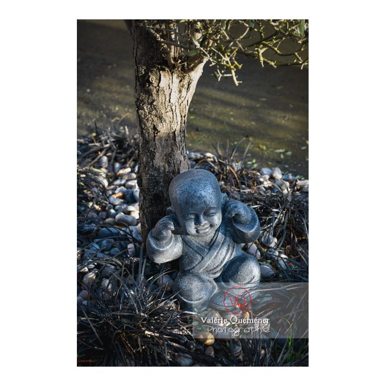 Statue d'un moine bouddhiste se couvrant les oreilles sur le concept des 3 singes (pas vu, pas entendu, pas dit) - Réf : VQF&J-13000 (Q3)