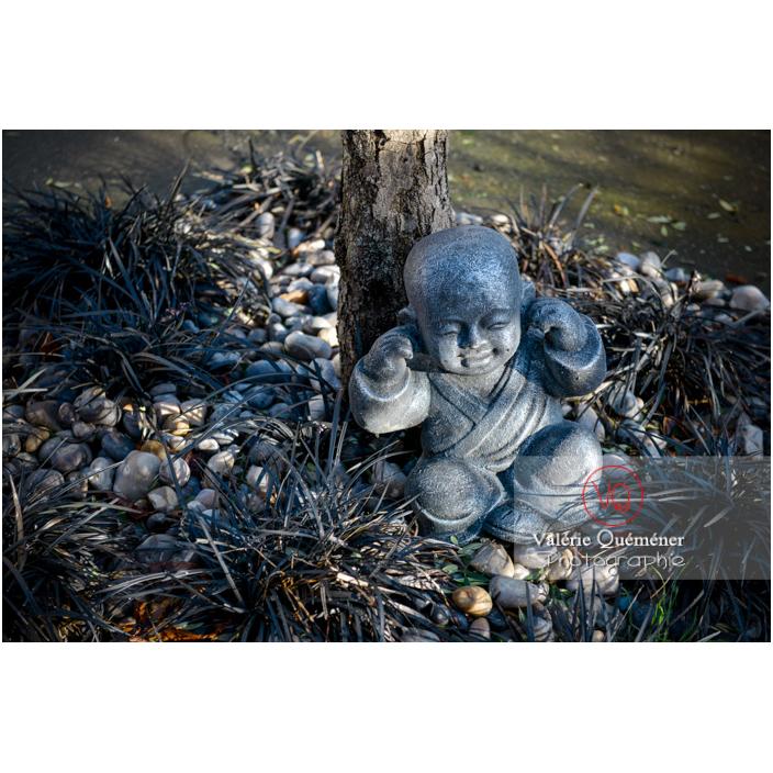 Statue d'un moine bouddhiste se couvrant les oreilles sur le concept des 3 singes (pas vu, pas entendu, pas dit) - Réf : VQF&J-13001 (Q3)