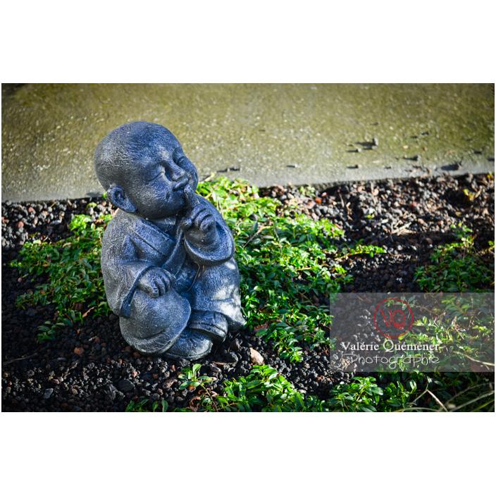 Statue d'un moine bouddhiste se couvrant la bouche sur le concept des 3 singes (pas vu, pas entendu, pas dit) - Réf : VQF&J-13002 (Q3)