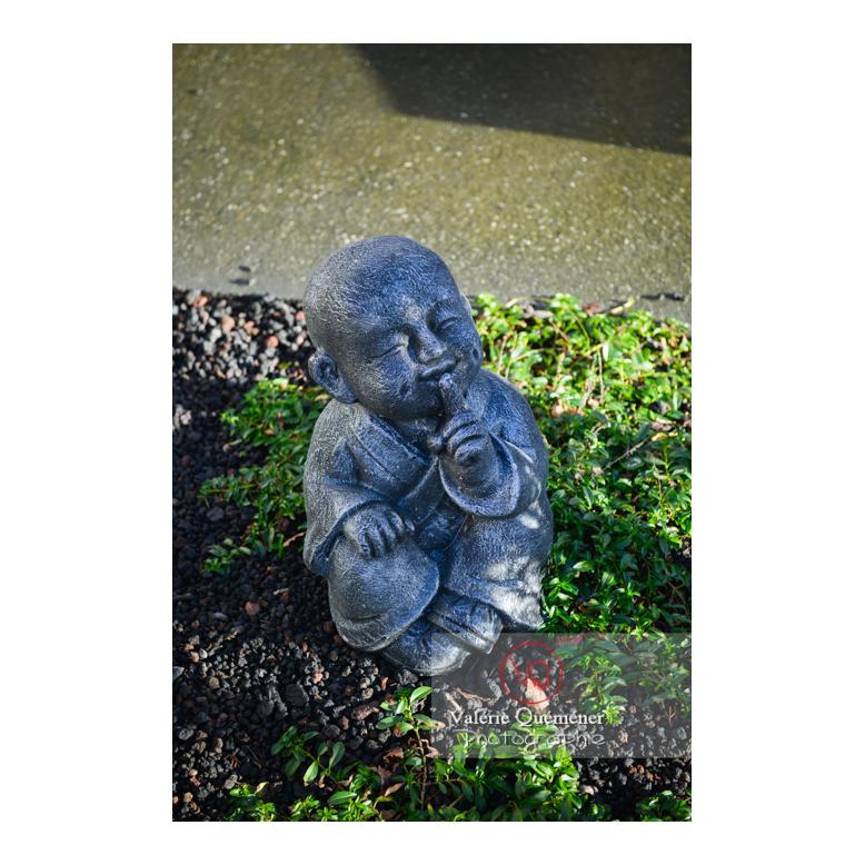 Statue d'un moine bouddhiste se couvrant la bouche sur le concept des 3 singes (pas vu, pas entendu, pas dit) - Réf : VQF&J-13003 (Q3)