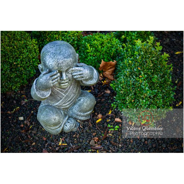Statue d'un moine bouddhiste se couvrant la bouche sur le concept des 3 singes (pas vu, pas entendu, pas dit) - Réf : VQF&J-13005 (Q3)