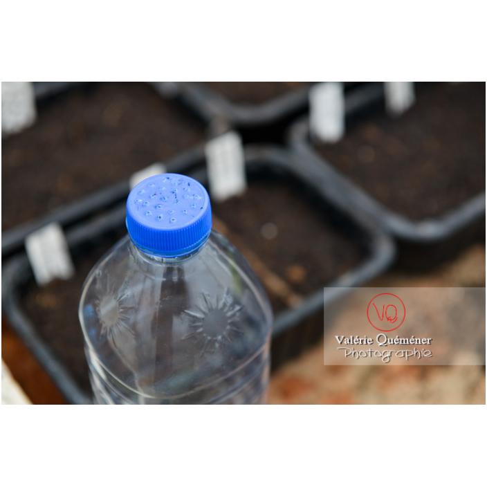 Recyclage d'une bouteille en plastique avec des trous dans le bouchon pour en faire un arrosoir pour les semis - Réf : VQF&J-13186 (Q3)
