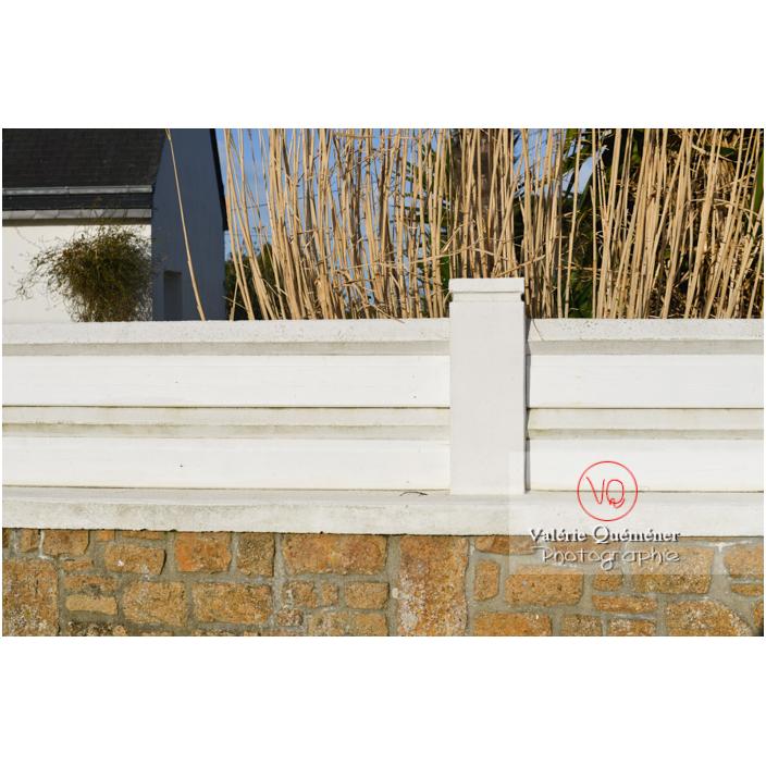 Palissade en béton sur un muret en pierre - Réf : VQF&J-13187 (Q3)