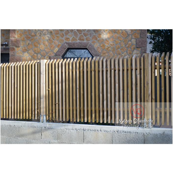 Palissade en bois sur un muret en parpaing - Réf : VQF&J-13190 (Q3)