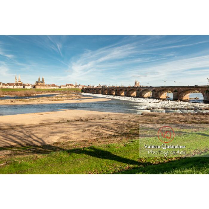 'Skyline' de Moulins devant la rivière de l'Allier / Allier / Auvergne-Rhône-Alpes - Réf : VQFR03-0306 (Q3)