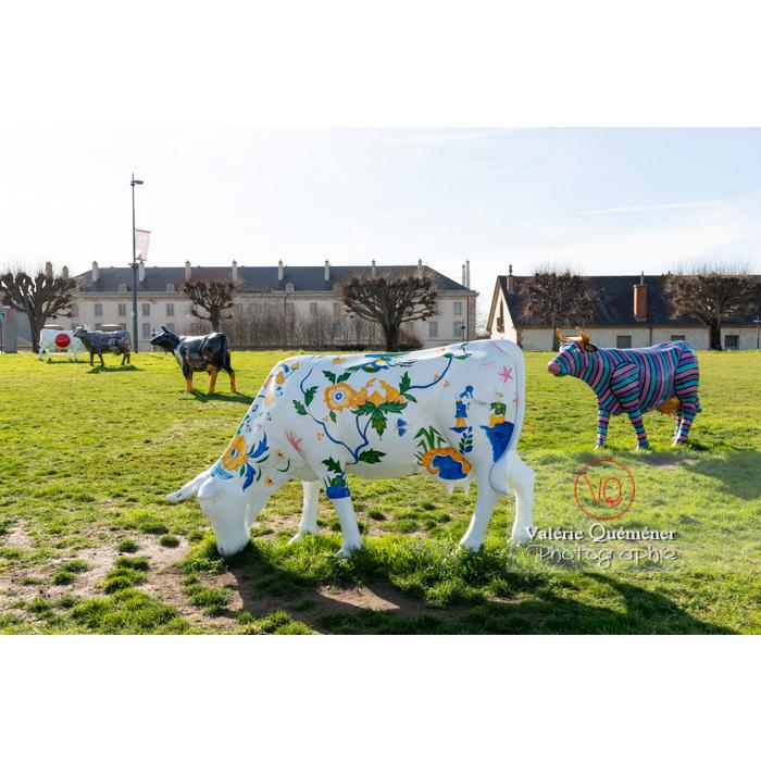 Sculpture de vache thématique faïence d'Elsa Boucard pour la Cow Parade à Moulins / Allier / Auvergne-Rhône-Alpes - Réf : VQFR03-0308 (Q3)
