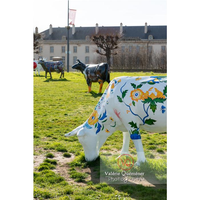 Sculpture de vache d'Elsa Boucard pour la Cow Parade à Moulins / Allier / Auvergne-Rhône-Alpes - Réf : VQFR03-0309 (Q3)