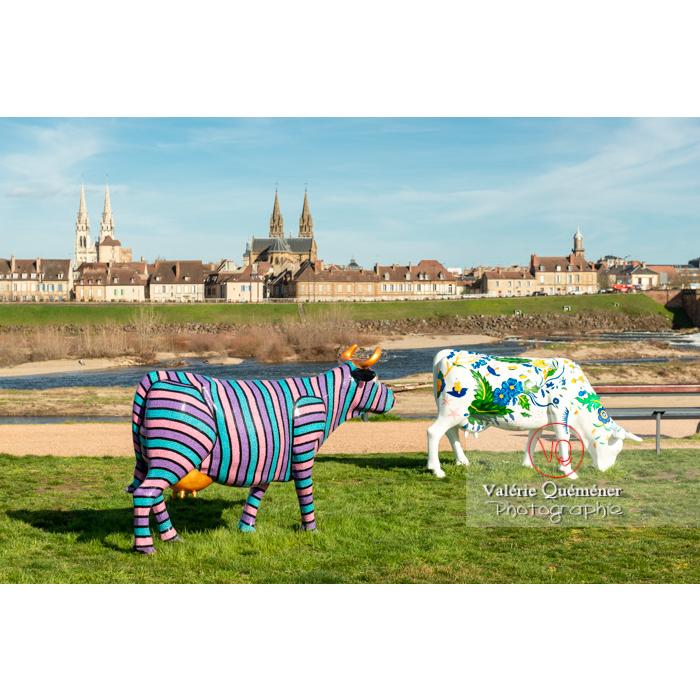 Exposition de sculptures de vaches sur la rive gauche de l'Allier à Moulins, déco rayures par Sophie Artinian et faïence par Elsa Boucard / Allier / Auvergne-Rhône-Alpes - Réf : VQFR03-0315 (Q3)