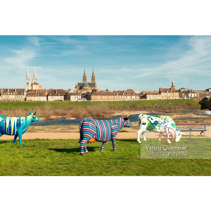 Exposition de sculptures de vaches sur la rive gauche de l'Allier à Moulins / Allier / Auvergne-Rhône-Alpes - Réf : VQFR03-0316 (Q3)
