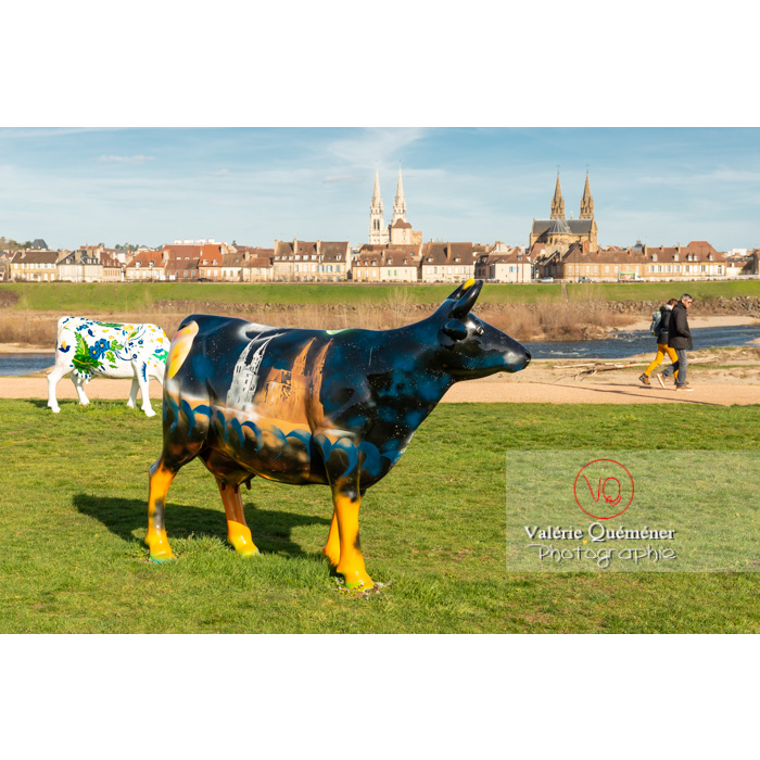 Exposition de sculptures de vaches devant l'Allier à Moulins / Allier / Auvergne-Rhône-Alpes - Réf : VQFR03-0317 (Q3)