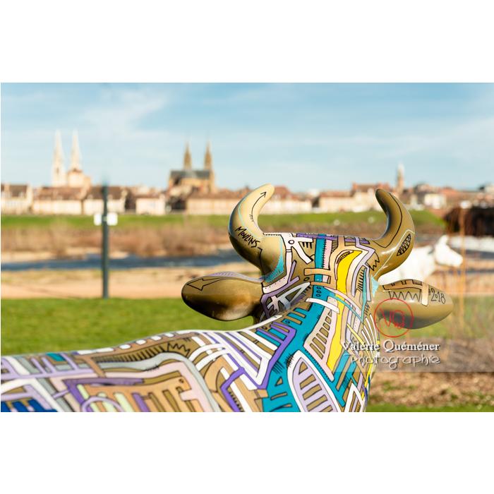 Portrait de dos de la sculpture 'Street vache' de Tarek pour l'exposition de Cow Parade à Moulins / Allier / Auvergne-Rhône-Alpes - Réf : VQFR03-0323 (Q3)