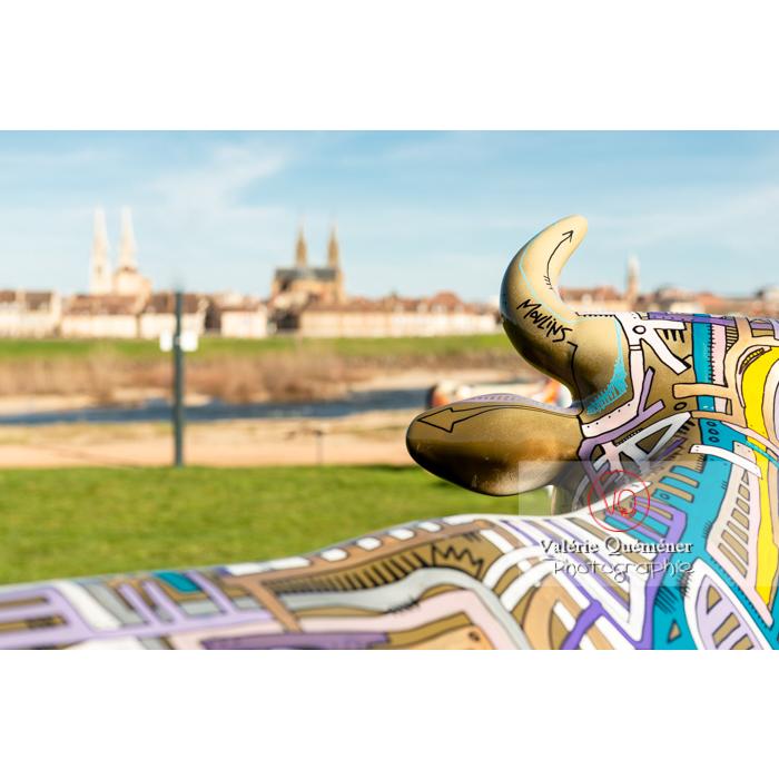 Détail de la sculpture 'Street vache' de Tarek pour l'exposition de Cow Parade à Moulins / Allier / Auvergne-Rhône-Alpes - Réf : VQFR03-0324 (Q3)