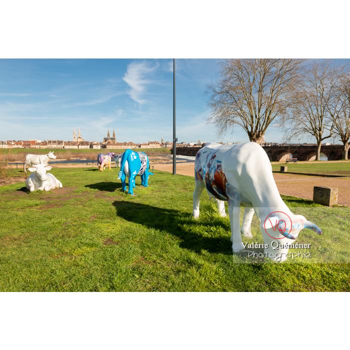 Exposition de sculptures de vaches dans Moulins, 'Mise en abymes' en blanc de Didier Brot / Allier / Auvergne-Rhône-Alpes - Réf : VQFR03-0325 (Q3)