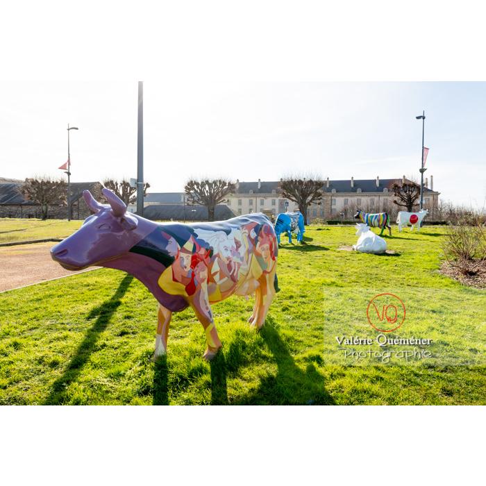 Sculpture de vache de JP Llado pour la Cow Parade à Moulins / Allier / Auvergne-Rhône-Alpes - Réf : VQFR03-0329 (Q3)